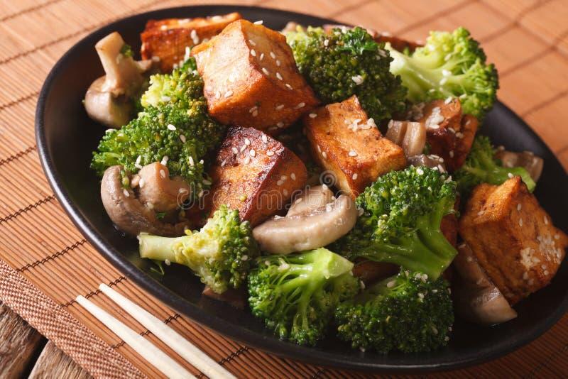 Γρήγορο τηγανισμένο tofu με το μπρόκολο, τα μανιτάρια και την κινηματογράφηση σε πρώτο πλάνο σουσαμιού Ho στοκ εικόνα με δικαίωμα ελεύθερης χρήσης