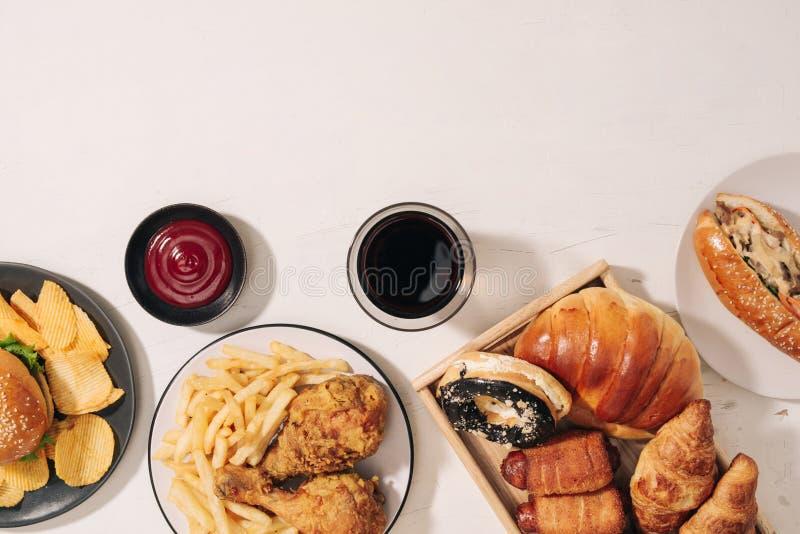 Γρήγορο φαγητό και ανθυγειινή έννοια κατανάλωσης - κλείστε επάνω των πρόχειρων φαγητών γρήγορου φαγητού και του ποτού κόλας στον  στοκ φωτογραφίες με δικαίωμα ελεύθερης χρήσης