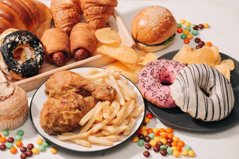 Γρήγορο φαγητό και ανθυγειινή έννοια κατανάλωσης - κλείστε επάνω των πρόχειρων φαγητών γρήγορου φαγητού και του ποτού κόλας στον  στοκ εικόνα