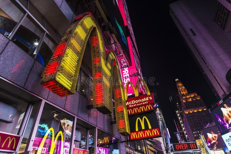 Γρήγορο φαγητό Mcdonald τη νύχτα στην πόλη της Νέας Υόρκης, ΗΠΑ στοκ φωτογραφίες με δικαίωμα ελεύθερης χρήσης