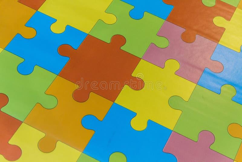 Γρίφοι σε όλα τα διαφορετικά χρώματα για το παιχνίδι παιδιών στοκ φωτογραφία