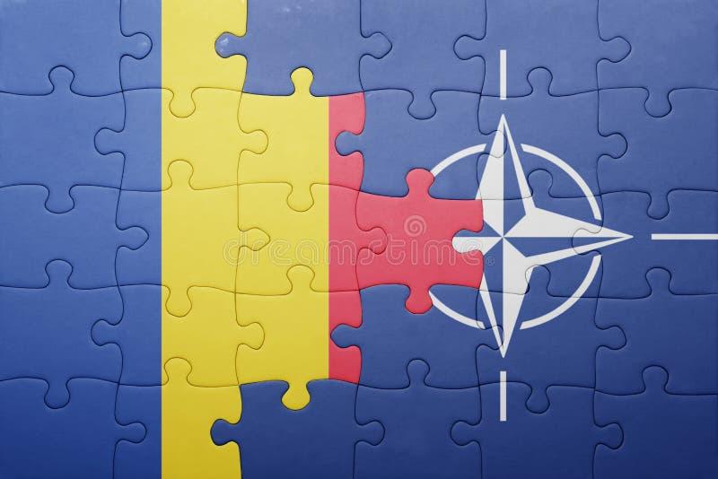Γρίφος με τη εθνική σημαία της Ρουμανίας και του ΝΑΤΟ στοκ εικόνες