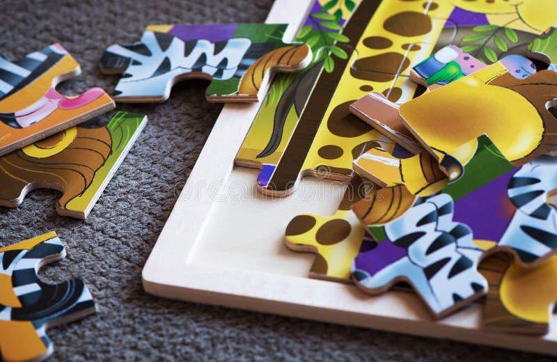 Γρίφος χρώματος σε ένα ξύλινο υπόβαθρο στοκ εικόνες