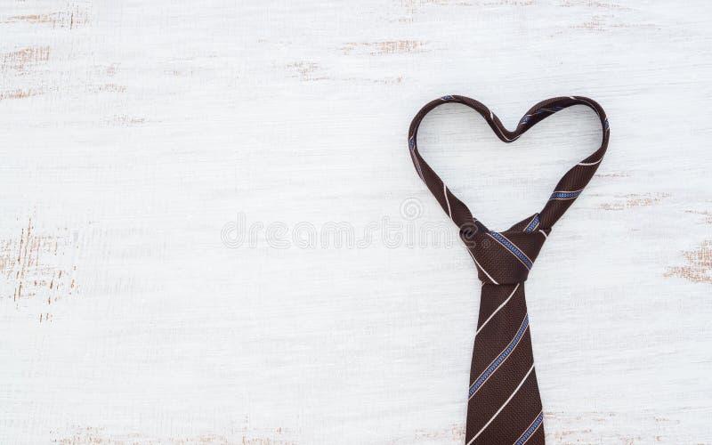 Γραβάτα στη μορφή καρδιών στο άσπρο ξύλινο επιτραπέζιο υπόβαθρο grunge Τοπ άποψη με το διάστημα αντιγράφων Father& x27 έννοια υπο στοκ φωτογραφίες με δικαίωμα ελεύθερης χρήσης