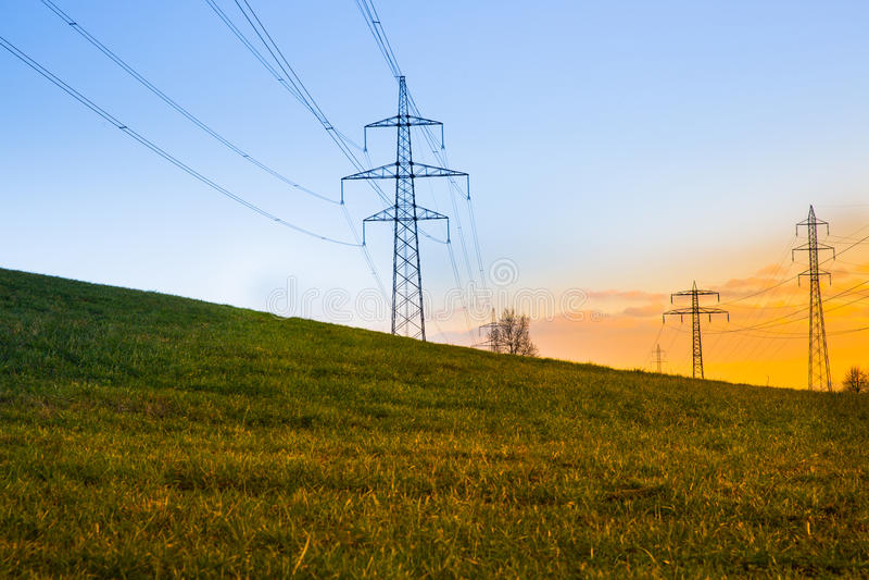 Γραμμές ηλεκτρικής δύναμης στο ηλιοβασίλεμα στοκ φωτογραφίες