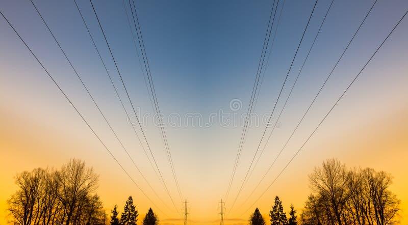 Γραμμές και δέντρα ηλεκτρικής δύναμης στοκ φωτογραφία με δικαίωμα ελεύθερης χρήσης