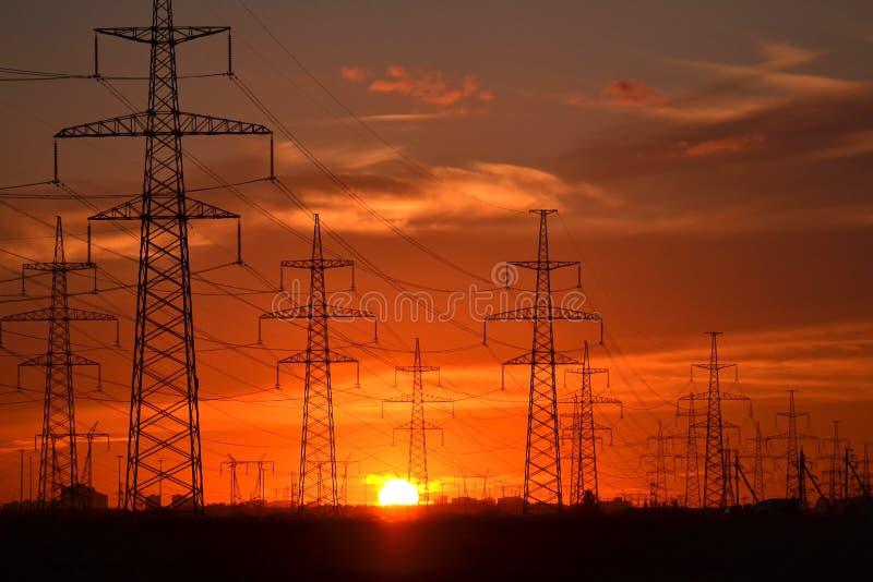 Γραμμές μετάδοσης ηλεκτρικής δύναμης στο ηλιοβασίλεμα στοκ εικόνα