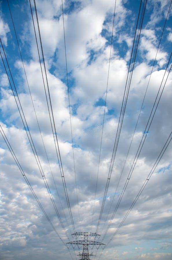 Γραμμές μετάδοσης ηλεκτρικής ενέργειας που μεταφέρουν την ηλεκτρική ενέργεια στοκ φωτογραφίες