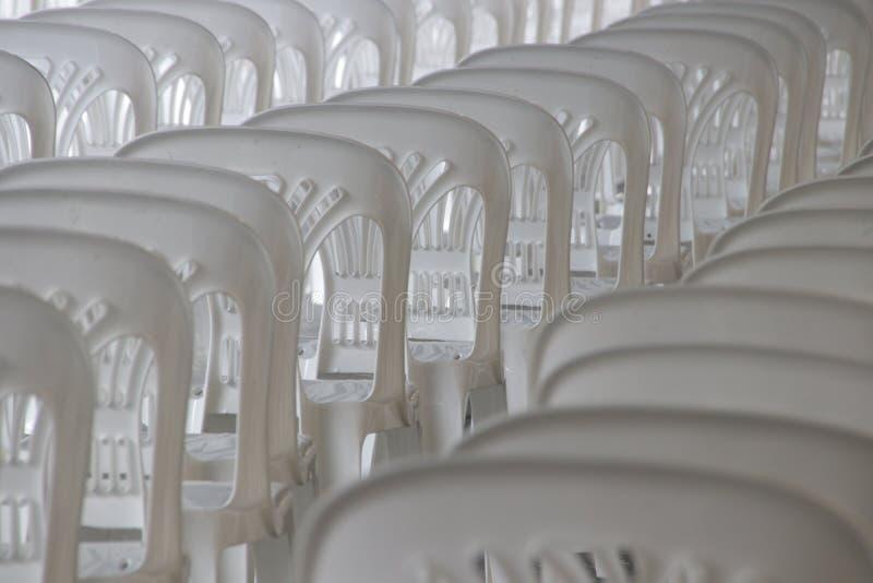 Γραμμή άσπρης πλαστικής έδρας στοκ φωτογραφία με δικαίωμα ελεύθερης χρήσης