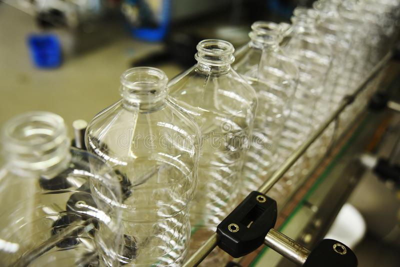 Γραμμή για την παραγωγή των πλαστικών μπουκαλιών της PET στοκ εικόνες με δικαίωμα ελεύθερης χρήσης