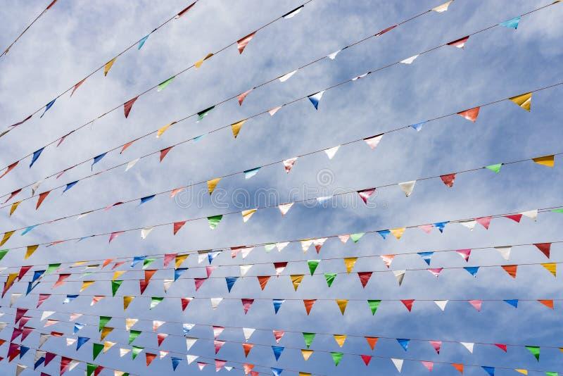 Γραμμή ζωηρόχρωμων σημαιών φεστιβάλ στοκ φωτογραφίες με δικαίωμα ελεύθερης χρήσης