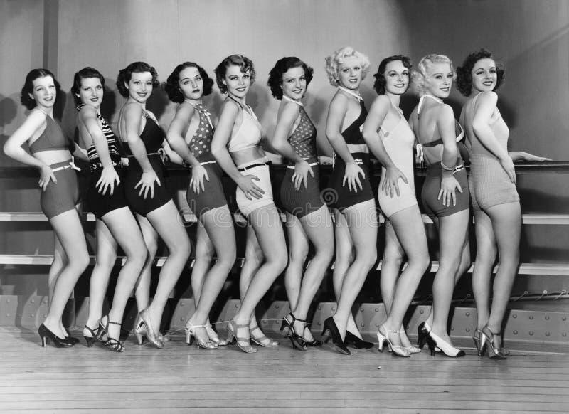 Γραμμή θηλυκών χορευτών (όλα τα πρόσωπα που απεικονίζονται δεν ζουν περισσότερο και κανένα κτήμα δεν υπάρχει Εξουσιοδοτήσεις προμ στοκ εικόνες με δικαίωμα ελεύθερης χρήσης