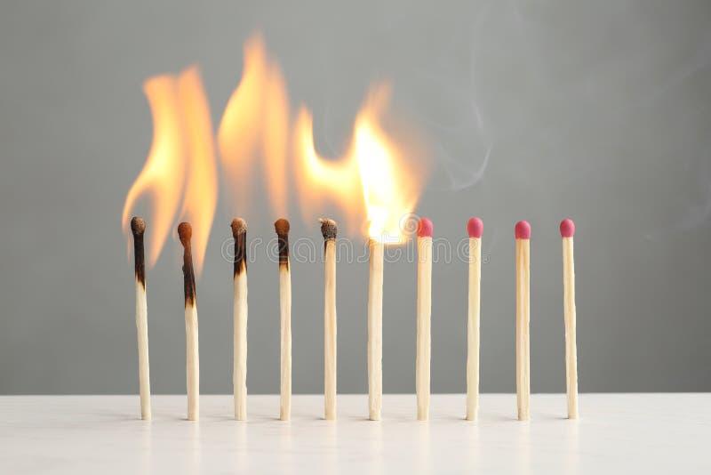 Γραμμή καψίματος και ολόκληρων των αντιστοιχιών στον πίνακα στοκ φωτογραφία με δικαίωμα ελεύθερης χρήσης