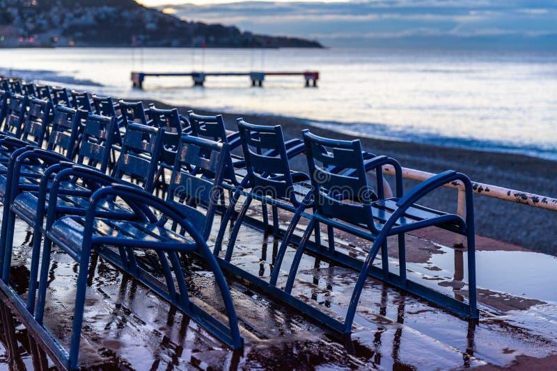Γραμμή μπλε καρεκλών στην οδό κοντά στην παραλία της Νίκαιας στοκ φωτογραφία
