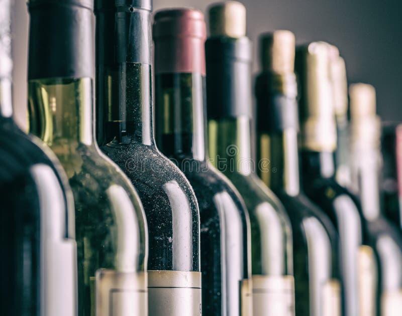 Γραμμή μπουκαλιών κρασιού Κινηματογράφηση σε πρώτο πλάνο στοκ φωτογραφίες