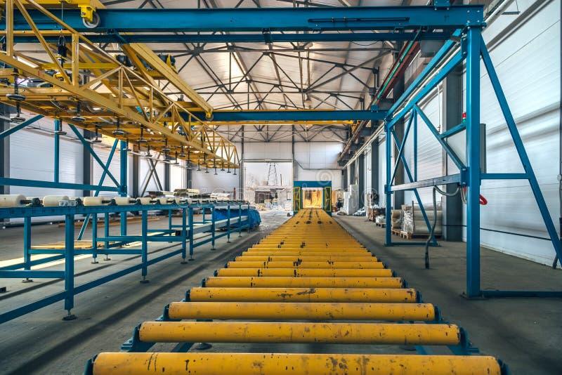 Γραμμή παραγωγής επιτροπής σάντουιτς μόνωσης Μεταφορέας κυλίνδρων της εργαλειομηχανής στο εργαστήριο στοκ φωτογραφίες