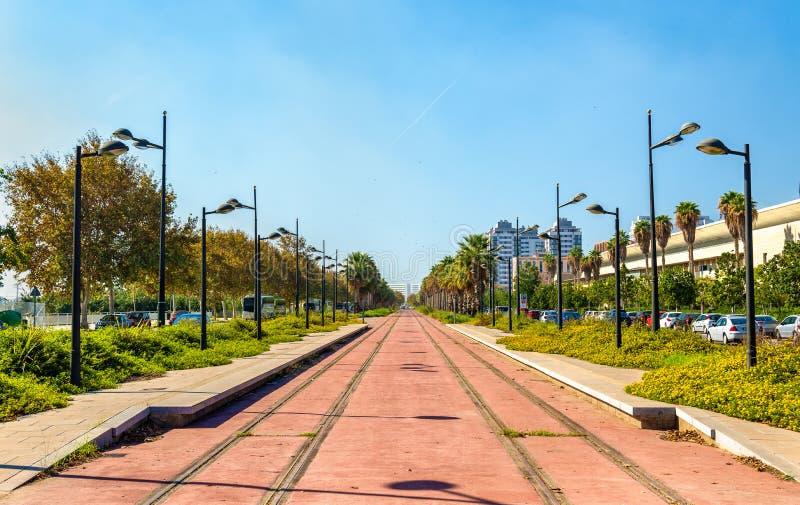 Γραμμή τραμ κάτω από την κατασκευή κοντά στην πόλη των τεχνών και των επιστημών στη Βαλένθια, Ισπανία στοκ εικόνα