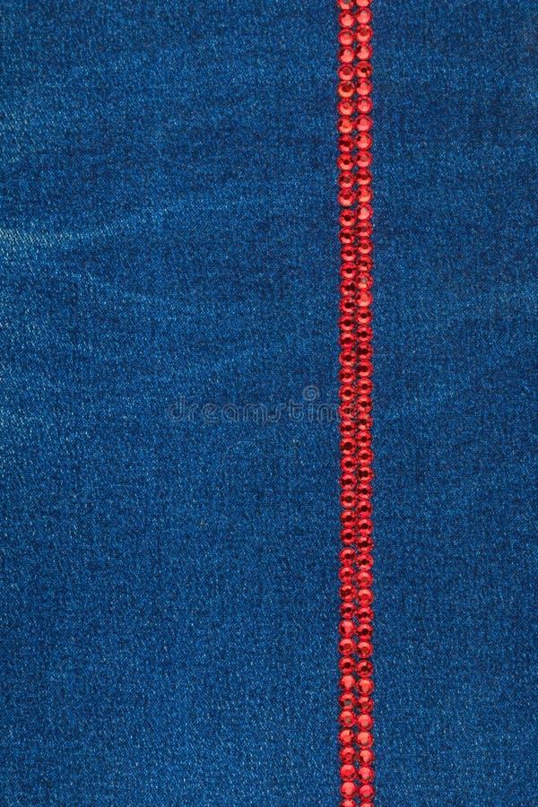 Γραμμή φιαγμένη από μπλε κρύσταλλα στο μπλε ύφασμα τζιν Πολυτελές, όμορφο, μοντέρνο υπόβαθρο στοκ φωτογραφία