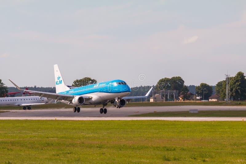 Γραμμή KLM αεροπλάνων που προσγειώνεται στον αερολιμένα του Lech Walesa στοκ εικόνες