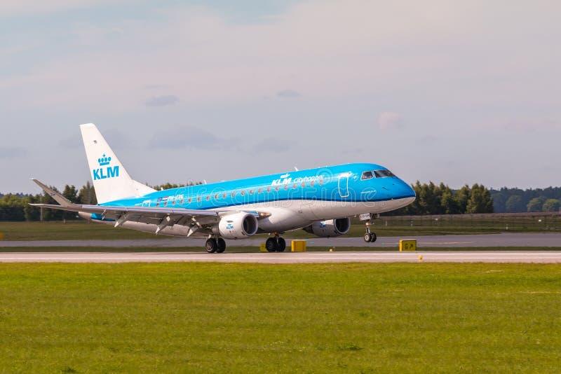 Γραμμή KLM αεροπλάνων που προσγειώνεται στον αερολιμένα του Lech Walesa στοκ εικόνα