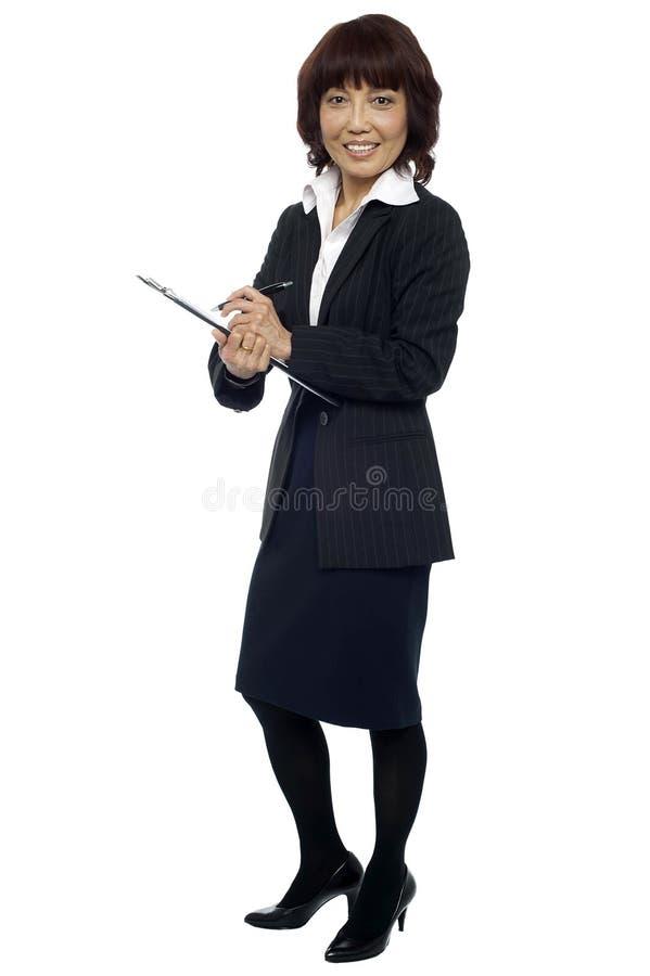 Γραμματέας έτοιμος να πάρει κάτω από τις σημειώσεις από τον προϊστάμενο στοκ εικόνες με δικαίωμα ελεύθερης χρήσης
