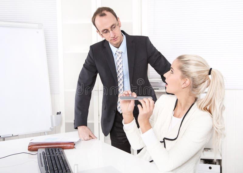 Γραμματέας που κάνει το μανικιούρ στο γραφείο και τον έκπληκτο προϊστάμενο. στοκ φωτογραφίες με δικαίωμα ελεύθερης χρήσης