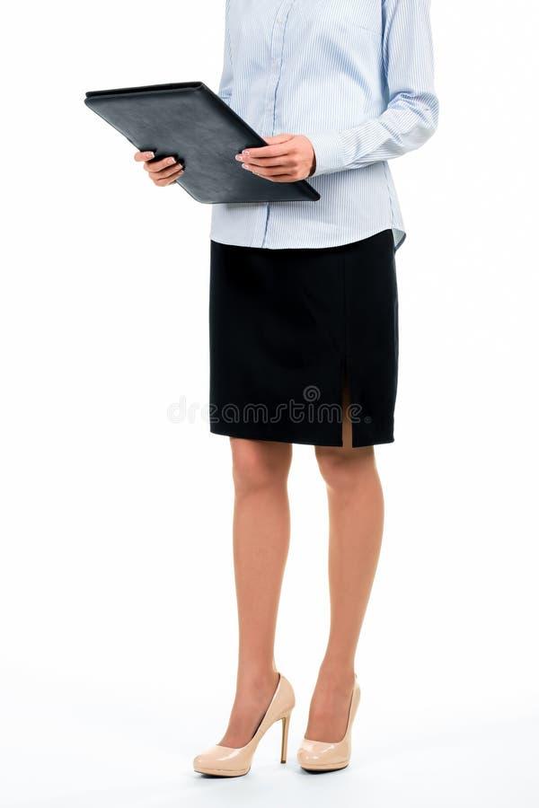 Γραμματέας που κρατά το μαύρο φάκελλο δέρματος στοκ φωτογραφίες