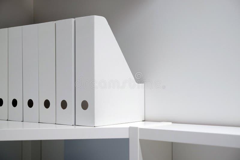 Γραμματοθήκες γραφείων για τα έγγραφα Ένας φάκελλος με τα αρχεία στον μπουφέ σε ένα φωτεινό σύγχρονο γραφείο, ένα αρχείο και τα έ στοκ φωτογραφία με δικαίωμα ελεύθερης χρήσης