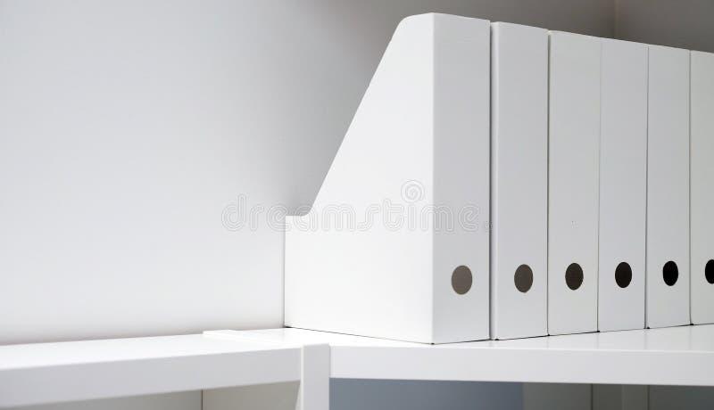 Γραμματοθήκες γραφείων για τα έγγραφα Ένας φάκελλος με τα αρχεία στον μπουφέ σε ένα φωτεινό σύγχρονο γραφείο, ένα αρχείο και τα έ στοκ εικόνες με δικαίωμα ελεύθερης χρήσης