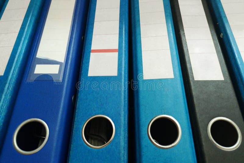 Γραμματοθήκες εγγράφων γραφείων που στέκονται σε μια σειρά Οργάνωση εγγράφων Σύνδεσμοι δαχτυλιδιών στοκ εικόνα με δικαίωμα ελεύθερης χρήσης