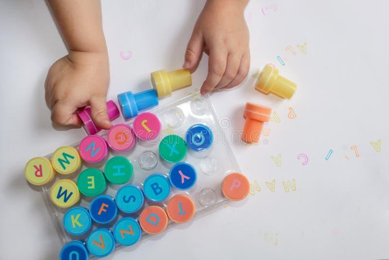 Γραμματόσημα για τα παιδιά με το αλφάβητο, μάνδρες των παιδιών, παιχνίδι σε χαρτί στοκ εικόνες