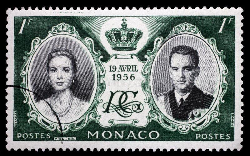 Γραμματόσημο που τυπώνεται στο Μονακό με το πορτρέτο της Grace Kelly και του πρίγκηπα πιό βροχερών στοκ φωτογραφίες