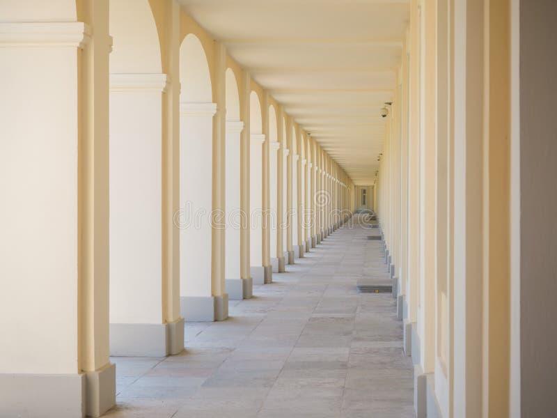 Γραμμική προοπτική στην αρχιτεκτονική μπεζ ένας μακρύς διάδρομος στοκ εικόνες με δικαίωμα ελεύθερης χρήσης