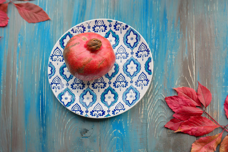 Γρανάτης στο πιάτο με το μπλε και άσπρο πιάτο στοκ φωτογραφίες με δικαίωμα ελεύθερης χρήσης