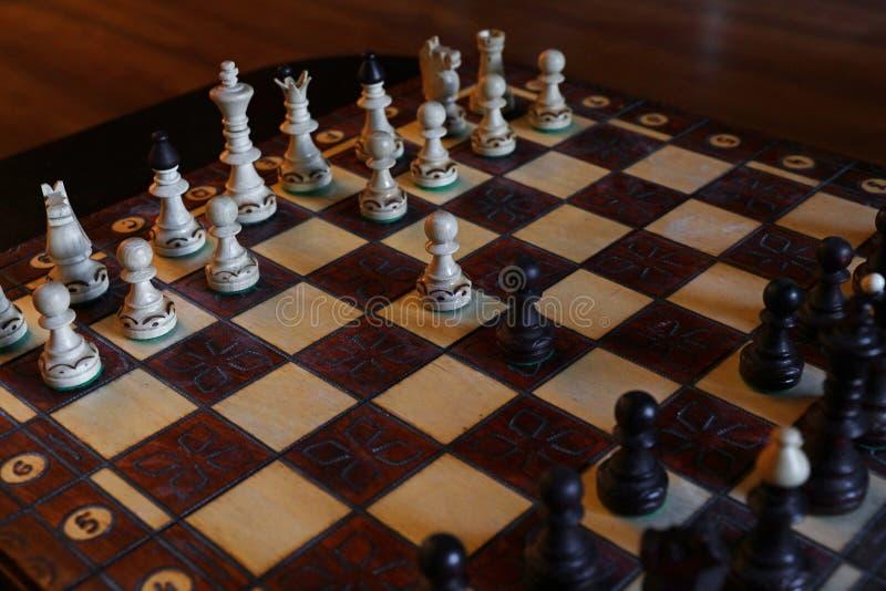 Γραπτά κομμάτια σκακιού στον ξύλινο πίνακα στοκ φωτογραφίες με δικαίωμα ελεύθερης χρήσης