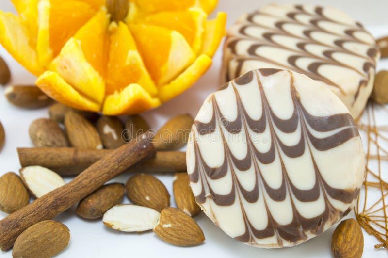 Γραπτά μπισκότα σοκολάτας που διακοσμούνται με το φρέσκο πορτοκάλι στοκ εικόνα με δικαίωμα ελεύθερης χρήσης