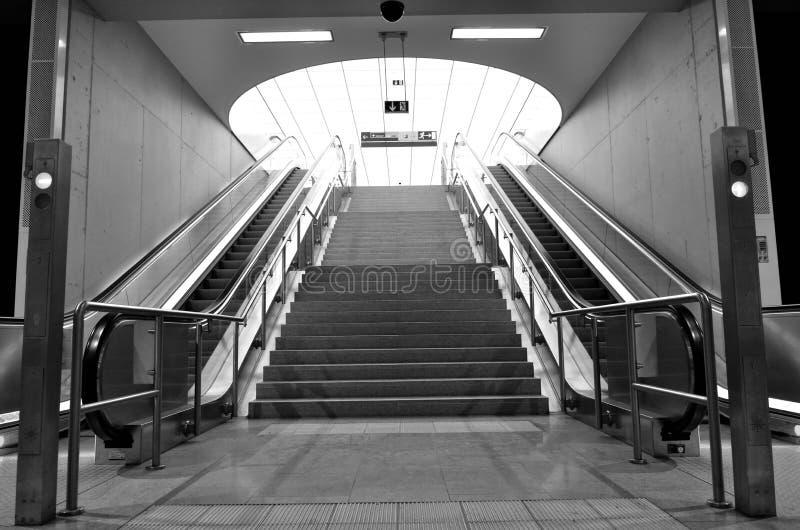 Γραπτές σύγχρονες κυλιόμενες σκάλες στον αερολιμένα στοκ εικόνες με δικαίωμα ελεύθερης χρήσης