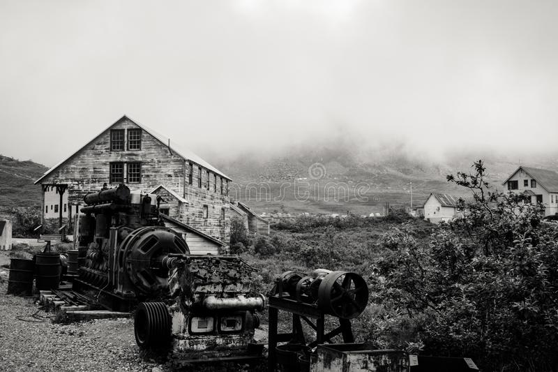 Γραπτή άποψη του εγκαταλειμμένου ορυχείου ανεξαρτησίας κατά μήκος του περάσματος της Αλάσκας ` s Hatcher στοκ εικόνα με δικαίωμα ελεύθερης χρήσης