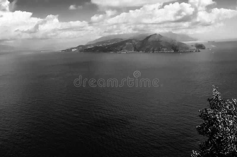 Γραπτή άποψη του Κόλπου της Νάπολης και Punta Campanella στοκ φωτογραφία με δικαίωμα ελεύθερης χρήσης