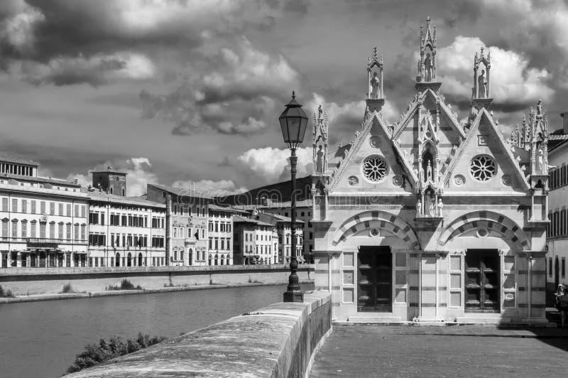 Γραπτή άποψη του della ράχη, όμορφη εκκλησία της Σάντα Μαρία στις όχθεις του ποταμού Arno στην Πίζα, Τοσκάνη, Ιταλία στοκ εικόνα