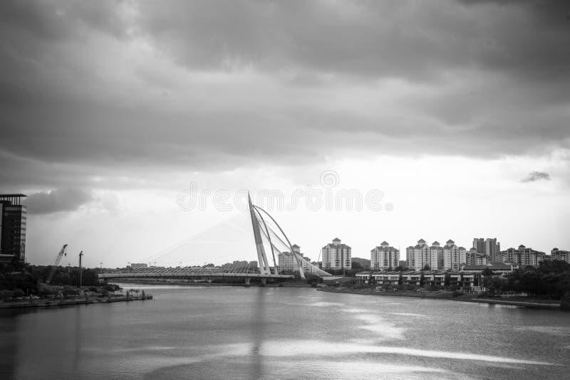 Γραπτή γέφυρα της Seri Wawasan στο σκοτεινό ουρανό, Putrajaya της Μαλαισίας στοκ εικόνα