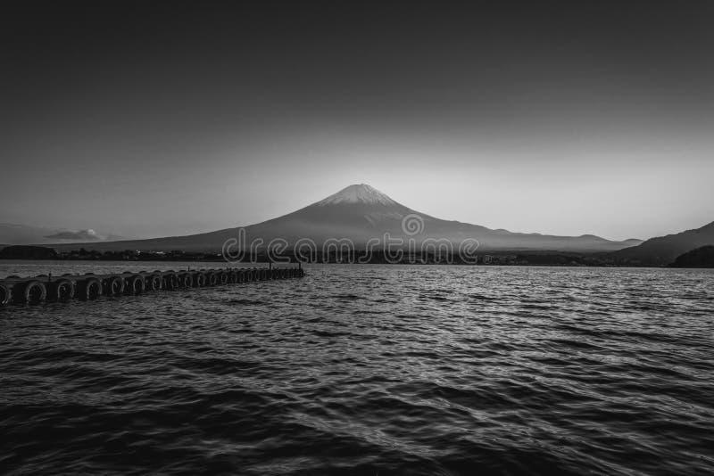 Γραπτή εικόνα της ΑΜ Φούτζι πέρα από τη λίμνη Kawaguchiko στο ηλιοβασίλεμα σε Fujikawaguchiko, Ιαπωνία στοκ φωτογραφία με δικαίωμα ελεύθερης χρήσης