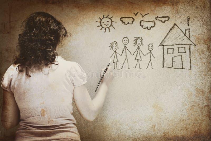 Γραπτή εικόνα της νέας απεικόνισης γυναικών μια οικογένεια με το σύνολο infographics πέρα από το κατασκευασμένο υπόβαθρο τοίχων στοκ εικόνες