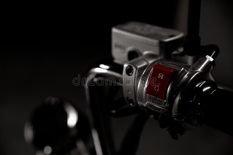 Γραπτή εκλεκτής ποιότητας φωτογραφία του επιχρωμιωμένου μπαλτάδων εκκινητή λεπτομερειών ποδηλάτων handebar, φρενάροντας λιπαντήρα στοκ φωτογραφία με δικαίωμα ελεύθερης χρήσης