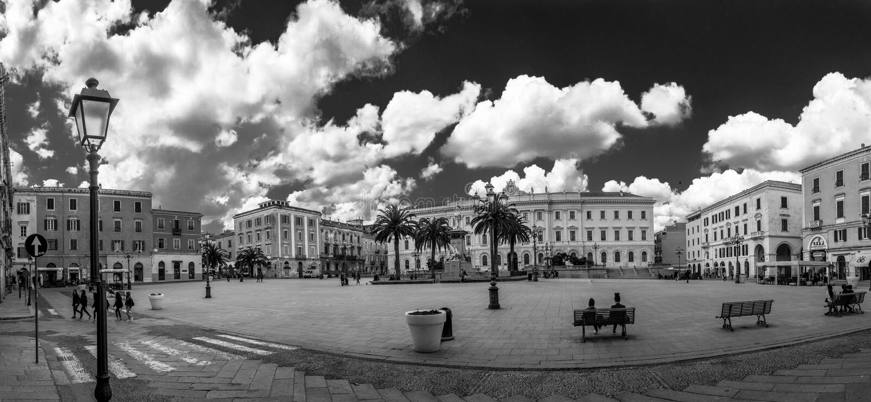 Γραπτή πανοραμική άποψη της πλατείας της Ιταλίας στην πόλη Sassari στοκ φωτογραφία