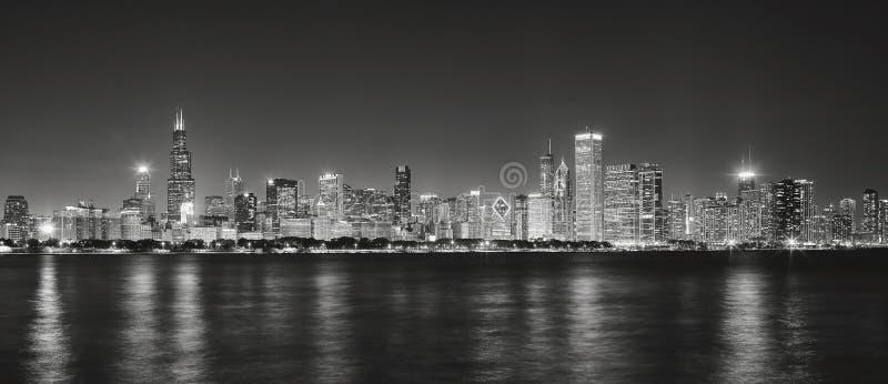 Γραπτή πανοραμική εικόνα του ορίζοντα πόλεων του Σικάγου στο nig στοκ εικόνα με δικαίωμα ελεύθερης χρήσης