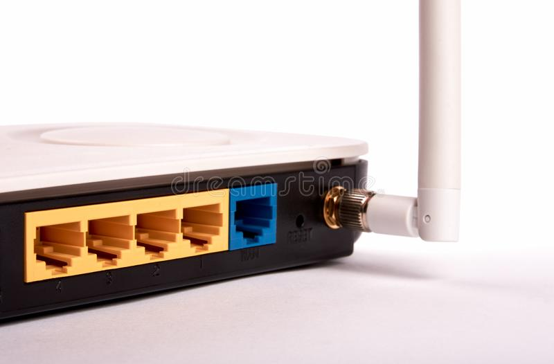 Γραπτή πλαστική δρομολογητής και κεραία και κενοί συνδετήρες για τη σύνδεση δικτύων Διαδικτύου και wifi στοκ φωτογραφία με δικαίωμα ελεύθερης χρήσης
