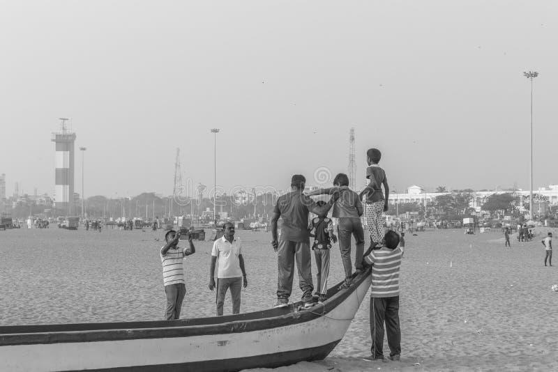 Γραπτή σκιαγραφία της ομάδας φίλων και οικογένειας που έχουν τον ειρηνικό και ελεύθερο χρόνο στοκ φωτογραφία