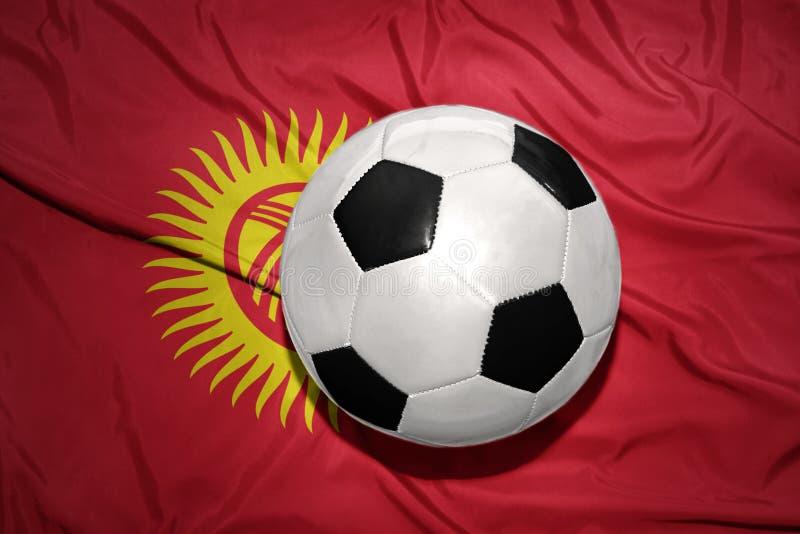 Γραπτή σφαίρα ποδοσφαίρου στη εθνική σημαία του Κιργιζιστάν στοκ φωτογραφία με δικαίωμα ελεύθερης χρήσης