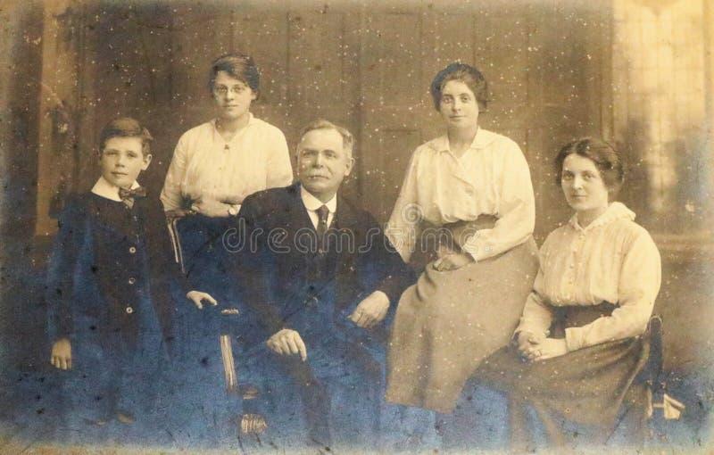 Γραπτή φωτογραφία της πλούσιας οικογένειας 1890s - οι δεκαετίες του 20ου αιώνα στοκ φωτογραφία με δικαίωμα ελεύθερης χρήσης